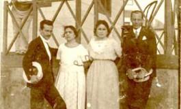 1921, Antonio Suárez, Rosario, Dolores y Paco Cabrera en una caseta de la Playa de Las Canteras-colecc Esther Suárez