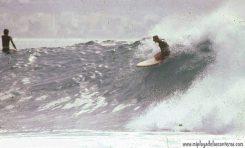 """El """"Bisnieto"""" bajando una ola en el Confital, años 80"""
