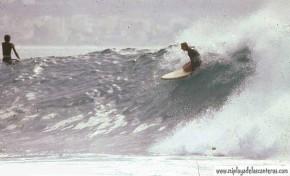 El Bisnieto bajando una ola en el Confital, años 80-colecc Federico Romero