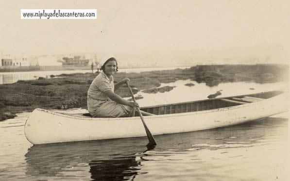 En canoa por los charcos de una virgen Barra, principios del siglo pasado-colecc. Juan Melián