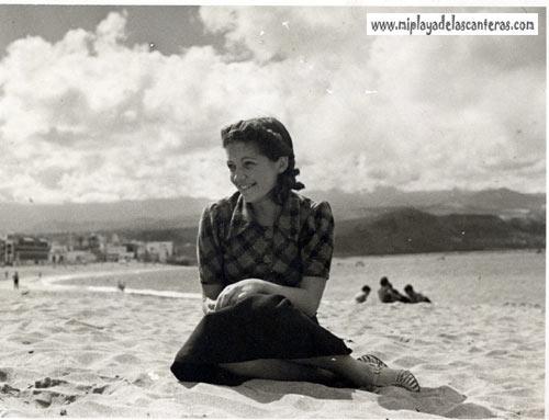 Sonriente sobre la arena de la playa-colecc. Juan Melián