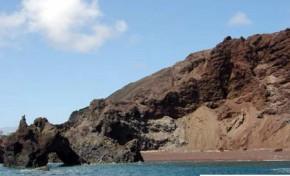 Playa volcanica roja, la isleta.