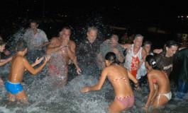 El presidente Adan probo anoche el agua de Las Canteras en el Chapuzón de la fiestas de la Naval ( Más fotos en Actualidad)