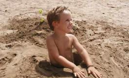 Carlos en un hoyo hecho por su tio Orlando en Playa Chica
