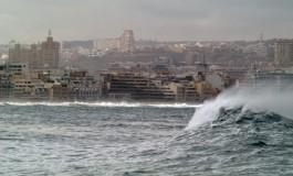 Las grandes olas acosan a Las Canteras