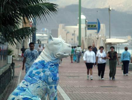 A falta de polis, los perros pintados vigilan el paseo.