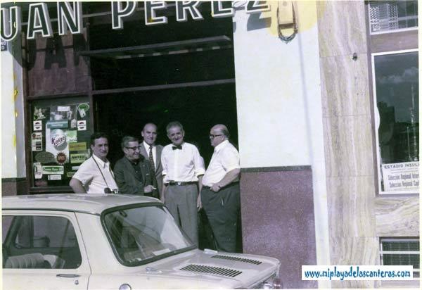 Juan Pérez, segundo por la derecha, con pajarita