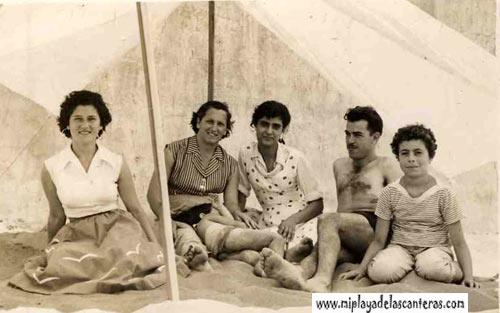 Olga, Pino Auyanet, Pepita, Vicente Ramos y Tere dentro de la caseta, principio de los 50- colecc. Elena Santa Auyanet