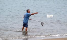 A Javier le encanta pescar plásticos.