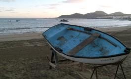 La chalana de David espera tranquila que la saquen al mar.