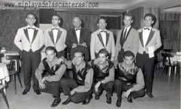 El equipo, músicos y camareros, del la sala de fiesta Las Cuevas en sus años dorados, años 1962-3-colecc. Manolo Martín Paiz.