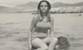Rosario Varcalcel sentada sobre una peña de la Playa Chica, sobre 1960