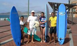 Lara, Romana y Oscar inician con ilusión un nuevo curso de surf de www.miplayadelascanteras.com
