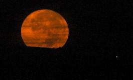 Una bella luna naranja cae hacia el oeste