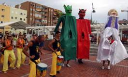 Papahuevos y batucada festiva por le paseo de Las Canteras