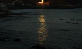 Un nuevo faro sorprende con su luz al amanecer de una playa en calma