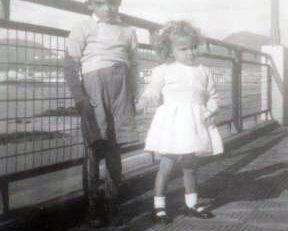 Margarita Correa Beningfield con una amiguito en 1948