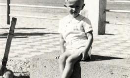 Agustin Melián sentado en los viejos bancos de piedra del paseo. ( 1945-50)
