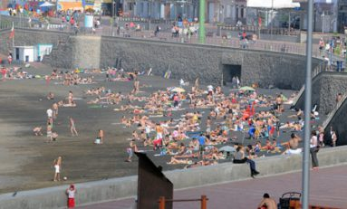 La playa de arena negra de Guanarteme.