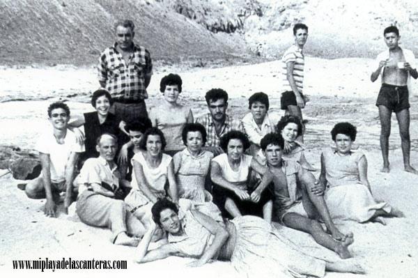 Miguel Negrin con su familia y conocidos en El Confital, sobre 1950.