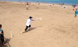 El primer partido de cricket en la historia de la playa de Las Canteras.