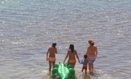 De paseo con Juancho el cocodrilo por la playa de Las Canteras.