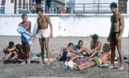 "La pandilla de Playa Chica, entre otros Daniel Rodríguez, Manolo "" El Guardia"", Jorge Santaella, Tino Armas. Sobre 1985 Foto: Tato Gonçalves."