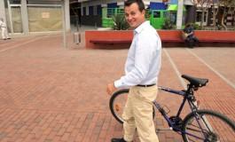 Héctor el Concejal de Playas se mueve en Bici por la city, eso si, por el paseo a patita….