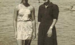 Paqui y Loly Jorge en la Playa Chica-1951-. colecc. Famila Herrera.