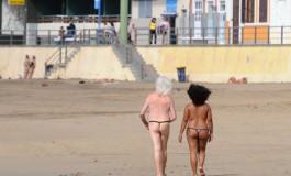 Adán y Eva de paseo por la playa de Las Canteras.