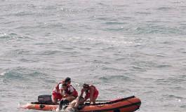 La Cruz Roja sacando gente de la corriente del pasadizo, con una marea como la de hoy se debe tener mucha precaución.