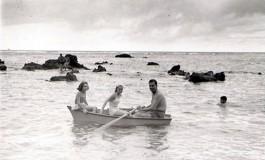 José Hernández Suárez con su sobrina Dulce Maria y otra chica en bote entre las peñas de la Playa Grande sobre 1960- colecc. Lola Hernández.