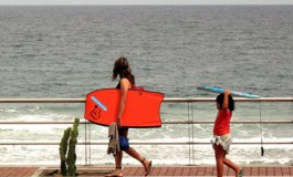 A jugar con las olas.