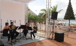 Los alumnos del Conservatorio de Música  dan un concierto en Las Canteras dentro de las actividades del Festival de Música de Canarias.