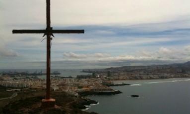 Vista de la playa de Las Canteras y su ciudad desde el pico de El Confital.