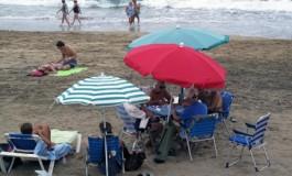 La partidita de domino de todos los sábados en la playa.