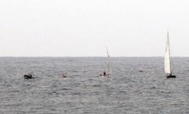 16:30 horas. El bote Puerto de la Luz recoge la vela a un par de millas de La playa de Las Canteras  para espera al Zuleika ( Travesía desde Sta. Cruz de Tenerife, info. en Actualidad)