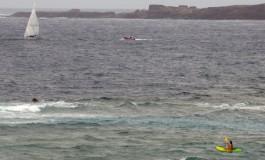 17:52 horas. El Puerto de la Luz navega en la Bahía de El Confital tras efectuar la histórica travesía a vela desde Sta. Cruz de Tenerife.