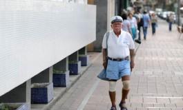 El amigo Antonio de camino a casa tras cuidar su clientela en sus hamacas.