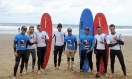 Los jugadores de la UD Las Palmas; Barbosa, Pindado y Aythami junto con personal del club intentaron surfear esta mañana en La Cicer.