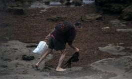Su misión cada mañana temprano, recoger plásticos de la orilla  y tirarlos a la basura. Bravo por él ¡