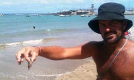 El gran Isy con la pequeña medusa.