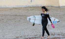 Mary, la surfera coqueta, de camino a su casa.