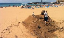 Creando una Canaria de arena, se acerca el Día de Canarias (Foto: Efraín Castellano).