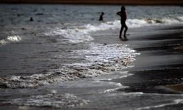 La ola mañanera llega tranquila a la orilla.