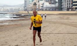 Hace 36 años le detectaron Parkinson,  Domingo le vence cada mañana corriendo en la orilla de Las Canteras.