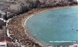 Vista aérea de la playa de Las Canteras, sobre 1970.