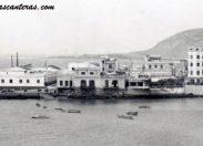 Las antiguas casas de La Puntilla con la factoría de los Escobio. Sobre 1940