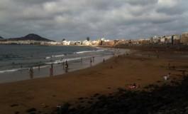 La playa de Guanarteme en verano.
