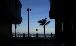 Al fondo, la luz de la playa.